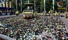 صورة سحق آلاف زجاجات الكحول بواسطة محدلة في إندونيسيا