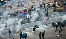 صورة متظاهرون يشعلون النار عند مداخل جامعة في هونغ كونغ تصدياً للشرطة
