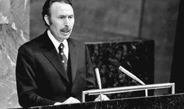 صورة المرحوم هواري بومدين كشف المؤامرة عام 1977 و حذرنا من المخطط الخبيث لفرنسا ودول الخليج التي تمول الحرب …