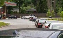 صورة طوابير طويلة أمام محطات المحروقات في الولايات المتحدة بسبب نقص وقود المركبات
